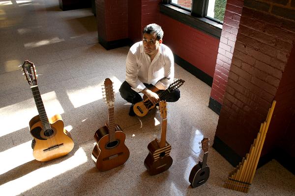 Patricio_Zamorano_con_instrumentos